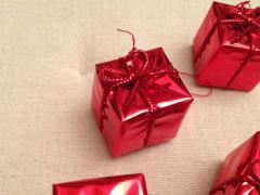 """Іграшки """"подаруночки"""" на ялинку червоного кольору"""