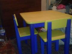 Стіл дитячий дерев'яний зі стільчиками